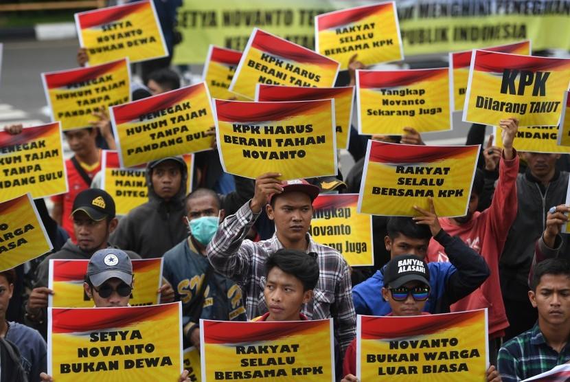 Massa yang tergabung dalam Generasi Muda Golkar melakukan unjuk rasa di depan gedung KPK, Jakarta, Senin (13/11).