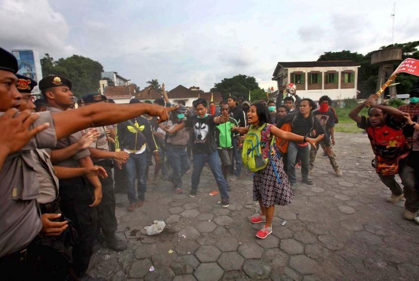 Massa yang tergabung dalam Solidaritas Perjuangan Demokrasi terlibat kericuhan dengan petugas kepolisian saat menggelar aksi solidaritas untuk kelompok Lesbian, Gay, Biseksual dan Transgender (LGBT) di Jalan Sudirman, DI Yogyakarta, Selasa (23/2).