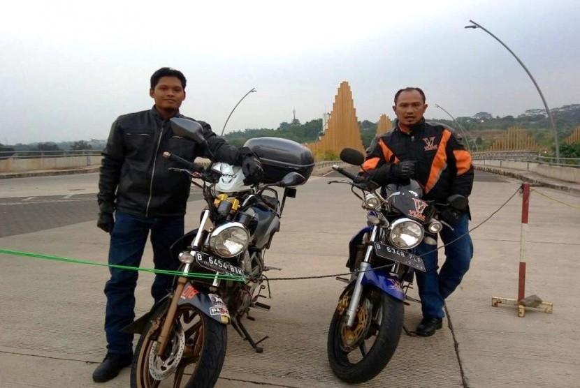 Masudi (kiri) dan Mulyadi (kanan) bersama motor kesayangan.