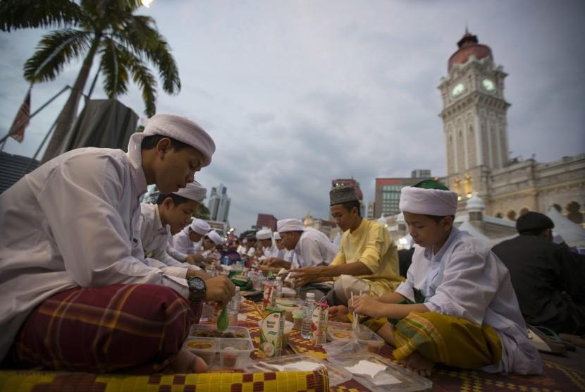 Masyarakat berbuka puasa di kawasan Merdeka Square, Kuala Lumpur, Malaysia.