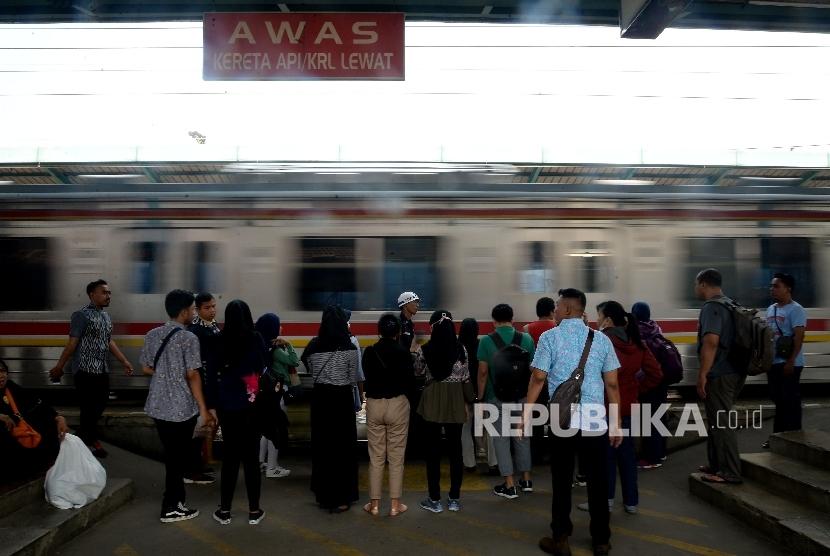 Masyarakat memilih menggunakan commuter line untuk berkendara ke tempat tujuan karena lebih menghemat waktu perjalanan.