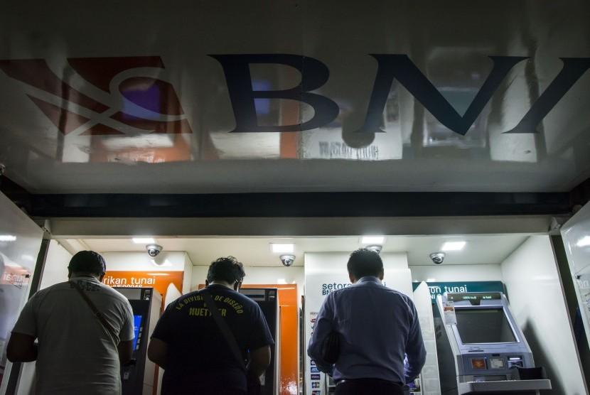 Masyarakat menggunakan ATM dari BNI.