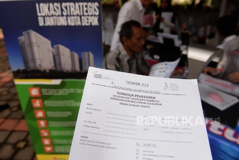 Masyarakat mengisi formulir pendaftaran Koperasi 212 saat acara Silaturahim, Sosialisasi Ekonomi Syariah, dan Penawaran Publik Tower 212 di Depok, Jawa Barat, Ahad (19/3).
