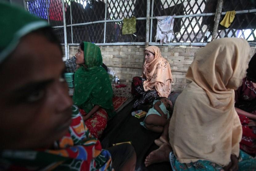 Muslimah Rohingya menangis di kamp penjaga perbatasan Bangladesh, suaminya tewas dibunuh dalam kekerasan sektarian di Taknaf,Bangladesh,Jumat (22/6).  (Saurabh Das/AP)