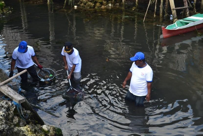 Masyarakat sedang membersihkan kawasan pesisir Kampung Bajo di Kabupaten Wakatobi saat acara Gerakan Bersih Pantai dan Laut (GBPL), Kamis (9/11).