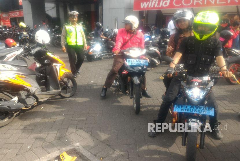 Masyarakat yang berasal dari berbagai komunitas di Malang kompak memberikan tumpangan gratis pada Rabu (8/3) karena angkot mogok beroperasi.