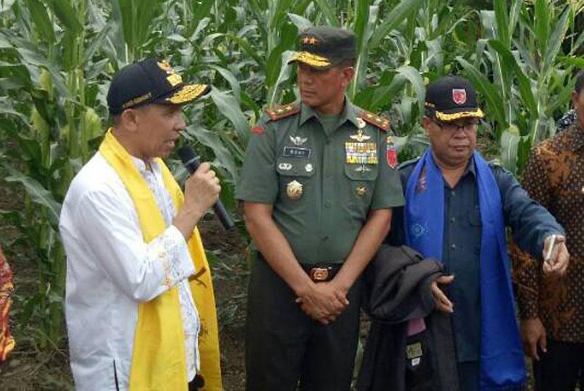 Mayjen TNI Doni Monardo (tengah)