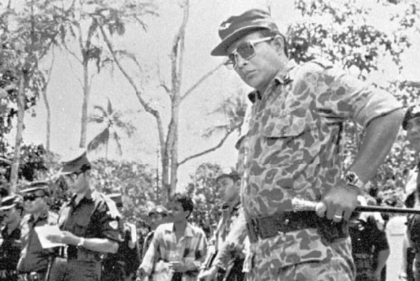 Mayjen TNI Soeharto saat memimpin penggalian jenazah para jenderal di Lubang Buaya