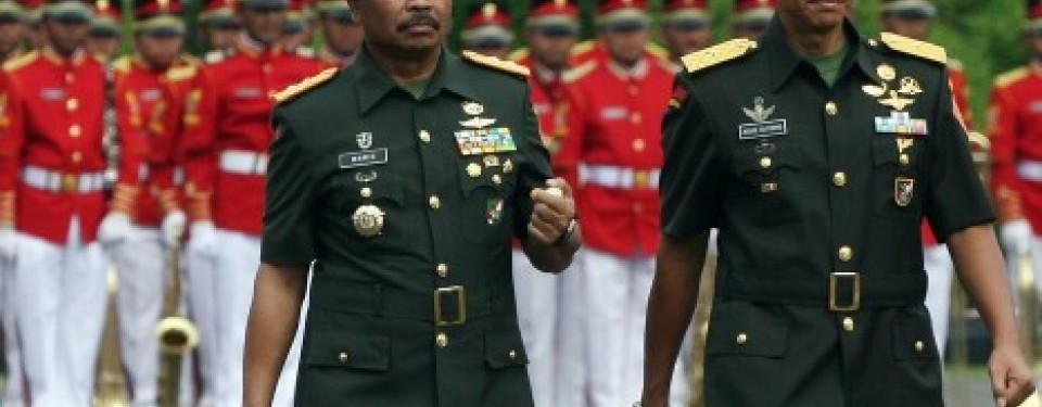Mayjen TNI Waris (kiri) serah terima jabatan dengan Brigjen Agus Sutomo sebagai Komandan Paspampres, Senin (11/4).