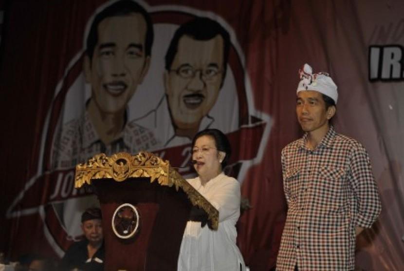 Megawati Sukarnoputri (kiri) didampingi Joko Widodo (Jokowi).