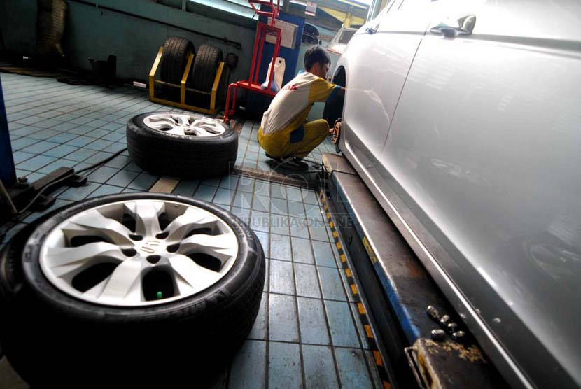 Mekanik melakukan perawatan berkala mobil di Bengkel Honda Megatama, Jakarta, Senin (14/7). (Republika/ Wihdan)