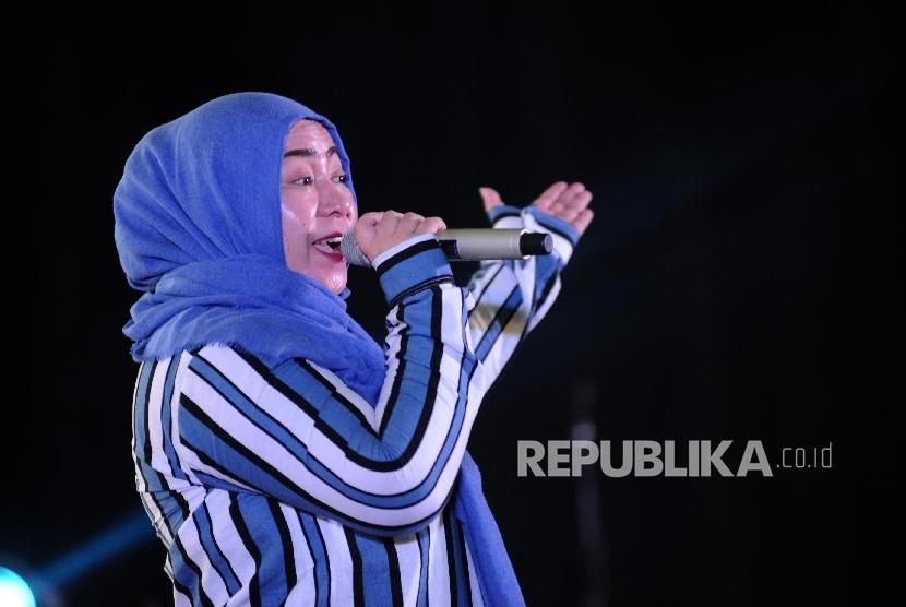 Melly Goeslaw Menyanyikan lagu bertajuk Bunda di dalam acara konser amal peduli muslim Rohingya dan Palestina di Ballroom Bumi Wiyata, Depok, Kamis (21/9).