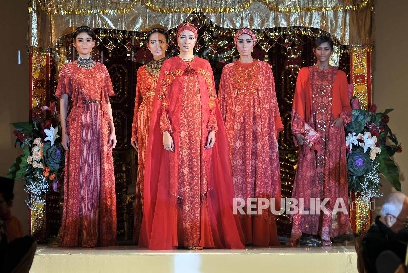 Memakai pakaian berwarna merah bagi kaum wanita rupanya mampu memunculkan perasaan percaya diri yang tinggi.