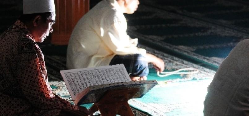 Membaca Alquran (ilustrasi)