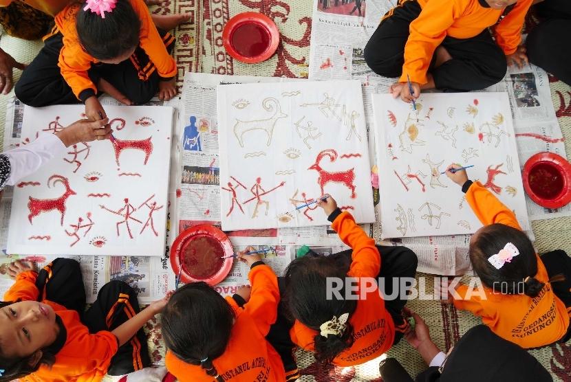 Siswa PAUD mewarnai gambar dengan media batik di Desa Gedangsari, Desa Tegalrejo, Kec. Gedangsari, Kab. Gunungkidul, DI Yogyakarta, Rabu (30/8).