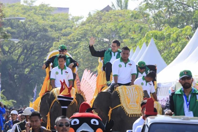 Menag Lukman Hakim Saefuddin mengunggang gajah ketika membuka ajang PIONER ke VIII di Banda Aceh.