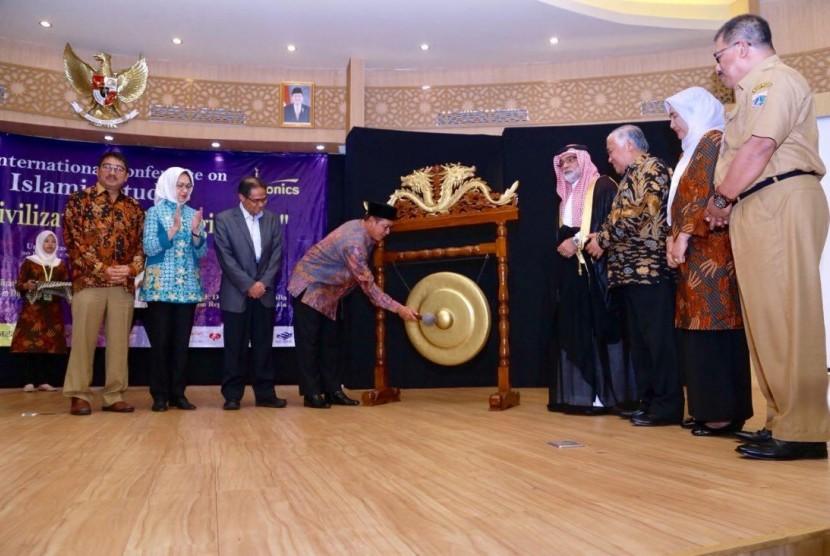 Menag memukul gong tanda dibukanya International Conference on Islamic Studies 2018 di Kampus Univ. Muhamadiyah Jakarta, Tansel.
