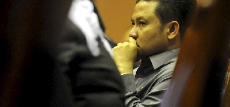 Menakertrans Muhaimin Iskandar menyimak pernyataan anggota Komisi IX DPR saat rapat kerja di Kompleks Parlemen, Senayan, Jakarta, Kamis (8/9).