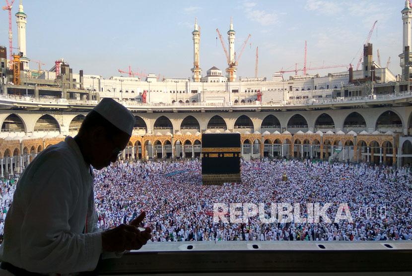 Menanti saat pulang kembali ke Tanah Air, jamaah haji Indonesia menghabiskan waktu untuk beribadah di Masjidil Haram, Sabtu (18/9). (Republika/Amin Madani)