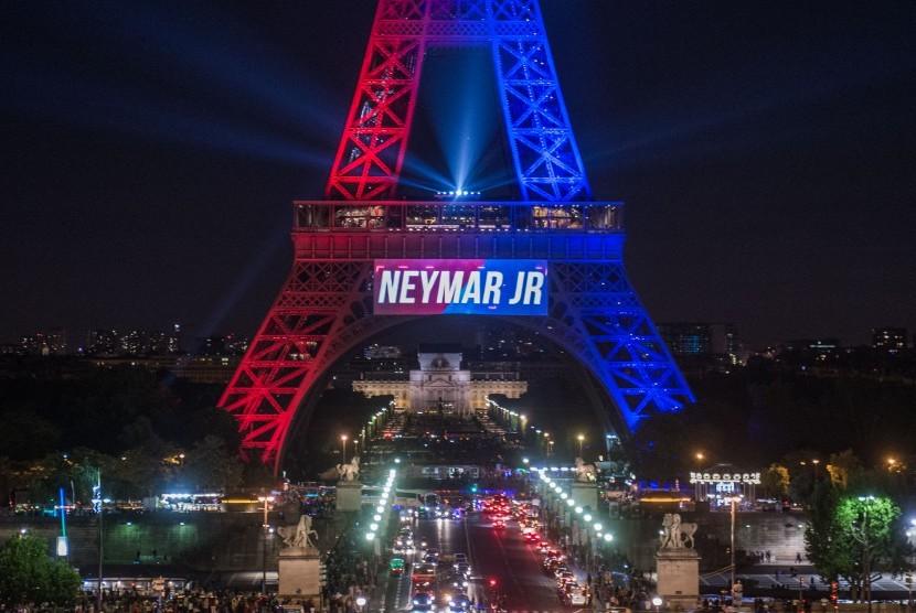 Menara Eiffel bertuliskan Neymar Jr pada Sabtu (5/8).