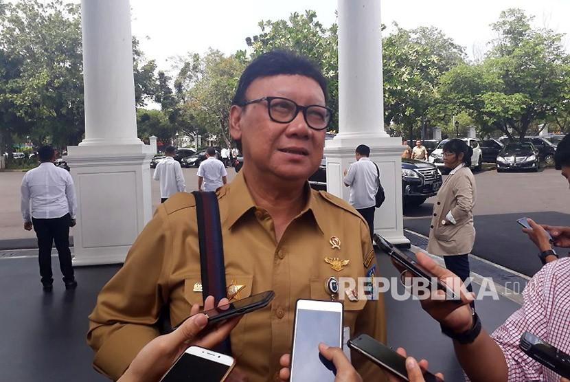 Mendagri Tjahjo Kumolo memberikan keterangan terkait dengan OTT KPK kepada Bupati Ngada,NTT, di Istana Negara, Senin (12/2).