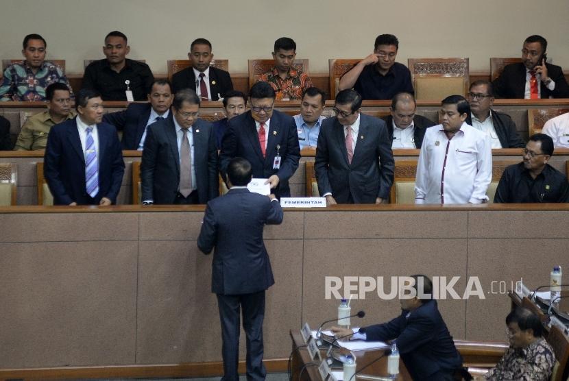 Mendagri Tjahjo Kumolo, Menkominfo Rudiantara dan Menkumham Yasonna Laoly pada Rapat Paripurna pengesahan UU Ormas di Kompleks Parlemen, Senayan, Jakarta, Selasa (24/10).