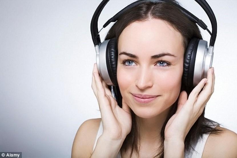 Mendengarkan musik (Ilustrasi)