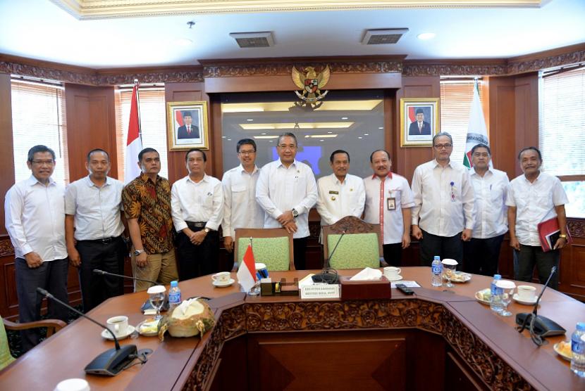Mendes PDTT Eko Putro sandjojo saat menerima kunjungan Bupati Kabupaten Sijunjung Yuswir Arifin, Sumatera Barat di Kantor Kemendes PDTT pada Rabu (3/1).