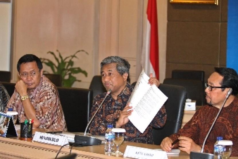 Mendikbud M Nuh (tengah) saat memberikan keterangan kepada wartawan mengenai Hasil Ujian Nasional SMP/SMPLB tahun Pelajaran 2011/2012 di Kantor Kementerian Pendidikan dan Kebudayaan, Jakarta, Jumat (1/6).