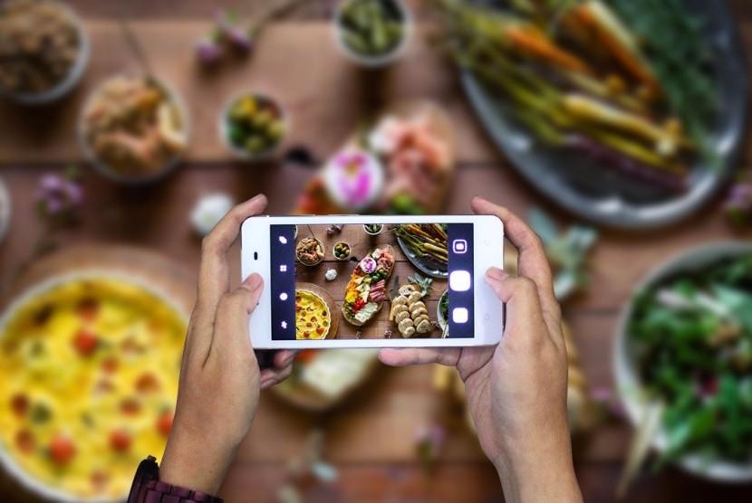 Mengambil foto makanan dengan menggunakan kamera ponsel (ilustrasi)