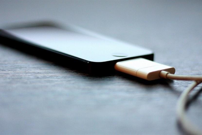 Hindari Cas Baterai Ponsel Tengah Malam