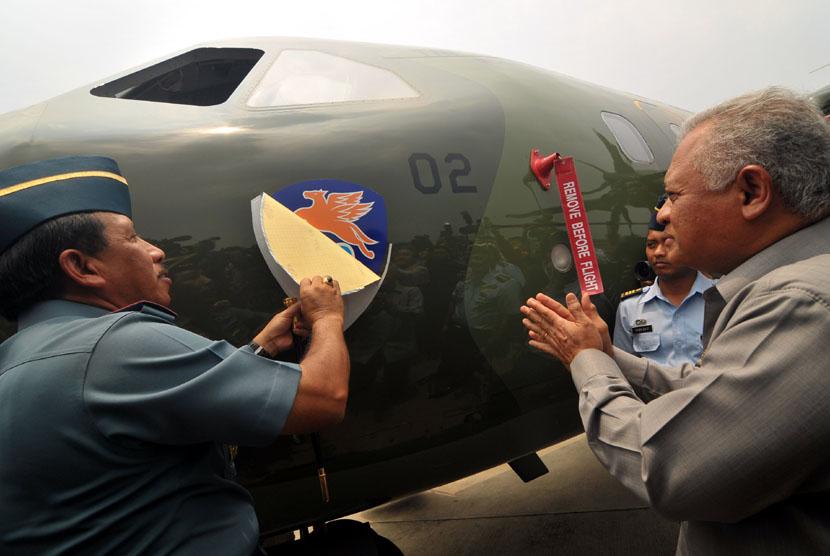 Menhan Purnomo Yusgiantoro (kanan) menyaksikan Panglima TNI Laksamana TNI Agus Suhartono (kiri) melepas stiker yang menutupi logo pesawat saat serah terima 2 unit pesawat CN-295 di Base Ops Lanud Halim Perdanakusuma, Jakarta, Kamis (4/10).  (Zabur Karuru/A