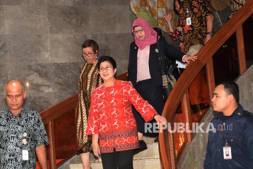 Menkes Nila F. Moloek (tengah) didampingi sejumlah asosiasi di bidang kesehatan akan memberikan keterangan terkait vaksin palsu usai menggelar pertemuan di Kantor Kementerian Kesehatan, Jakarta, Selasa (19/7). (Republika/Yasin Habibi)