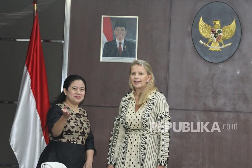 Menko Bidang Pembangunan Manusia dan Kebudayaan (Menko PMK) Puan Maharani (kiri) berbincang dengan Putri Mabel dari Belanda selaku Kepala Dewan Organisasi Girls Not Brides sebelum pertemuan di Jakarta, Rabu (7/3).