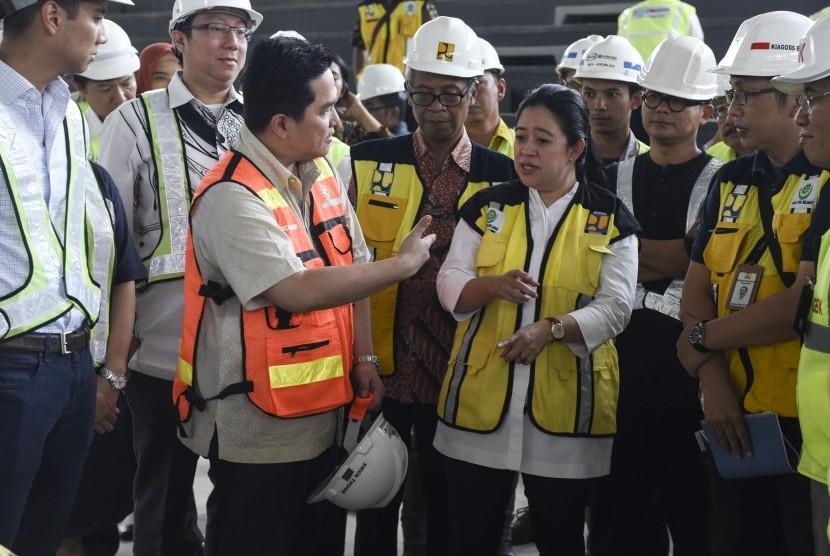 Menko bidang Pembangunan Manusia dan Kebudayaan Puan Maharani (keempat kanan) berbincang dengan Ketua Panitia Penyelenggara Asian Games (INASGOC) 2018 Erick Thohir (ketiga kiri) saat meninjau arena olahraga yang sedang direnovasi di kompleks Gelora Bung Karno, Senayan, Jakarta, Jumat (20/10).