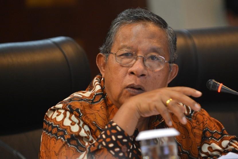 Menko Bidang Perekonomian Darmin Nasution menyampaikan keterangan pencapaian tiga tahun pemerintahan Presiden Jokowi-JK di Gedung Bina Graha, Jakarta, Selasa (17/10).