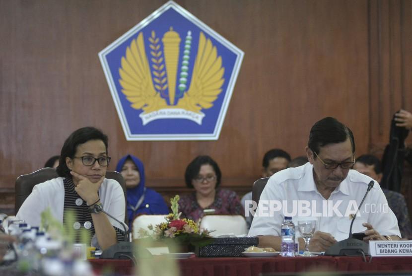 Menko Kemaritiman Luhut Binsar Panjaitan (kanan) didampingi Menteri Keuangan Sri Mulyani memimpin High Level Meeting (HLM) persiapan IMF-World Bank Annual Meetings 2018 di Gedung Keuangan Negara, Denpasar, Bali, Jumat (22/12).