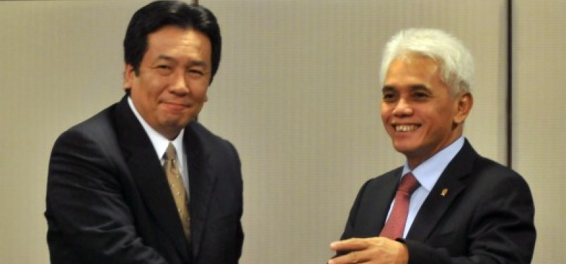 Menko Perekonomian Hatta Rajasa (kanan) berbicara dengan Menteri Perekonomian, Perdagangan dan Industri Jepang, Yukio Edano (kiri), usai pertemuan Steering Comitte of MPA for Investment and Industry di Jakarta, Kamis (22/9).