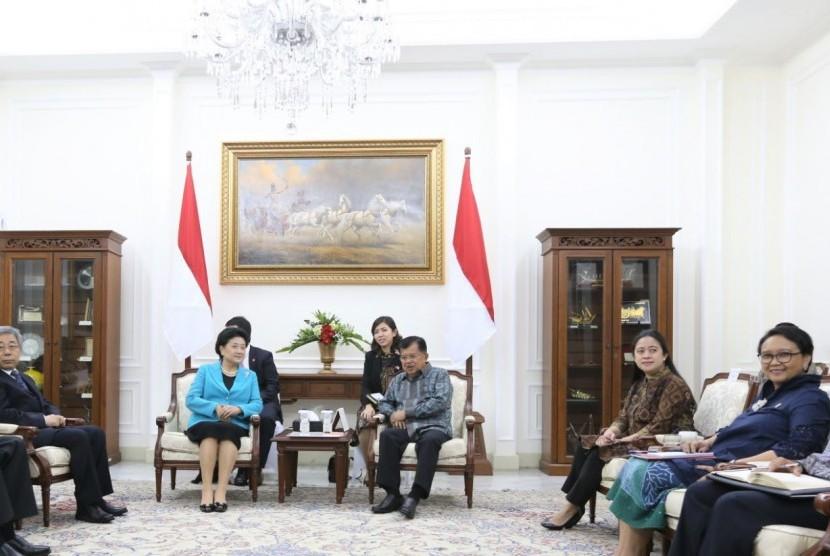 Menko PMK Puan Maharani mendampingi Wakil Presiden Jusuf Kalla menerima kunjungan Wakil Perdana Menteri RRC Liu Yandong di Istana Wapres, Jakarta.