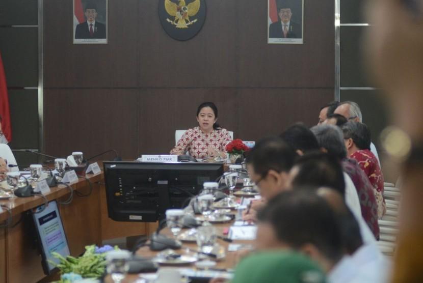 Menko PMK usai rapat di Kantor Kemenko PMK, Senin (6/11).
