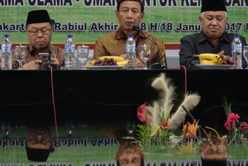 Menko Polhukam Wiranto (tengah), bersama Ketua Dewan Pertimbangan MUI Din Syamsuddin (kanan), Waketum Dewan Pertimbangan MUI Didin Hafiduddin menghadiri rapat pleno Dewan Pertimbangan Majelis Ulama Indonesia (MUI) di Jakarta, Rabu (18/1).