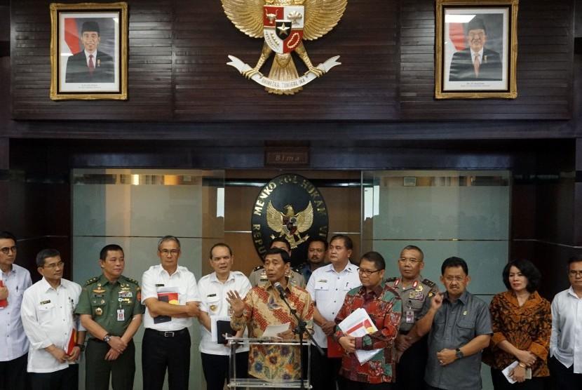 Menko Polhukam Wiranto (tengah) memberi keterangan pers di Kementerian Koordinator Polhukam, Jakarta, Rabu (12/7). Pemerintah resmi menerbitkan Peraturan Pemerintah Pengganti Undang-Undang (Perppu) Nomor 2 tahun 2017 tentang Organisasi Kemasyarakatan untuk mengatur kegiatan-kegiatan ormas yang bertentangan dengan Pancasila dan UUD 1945.