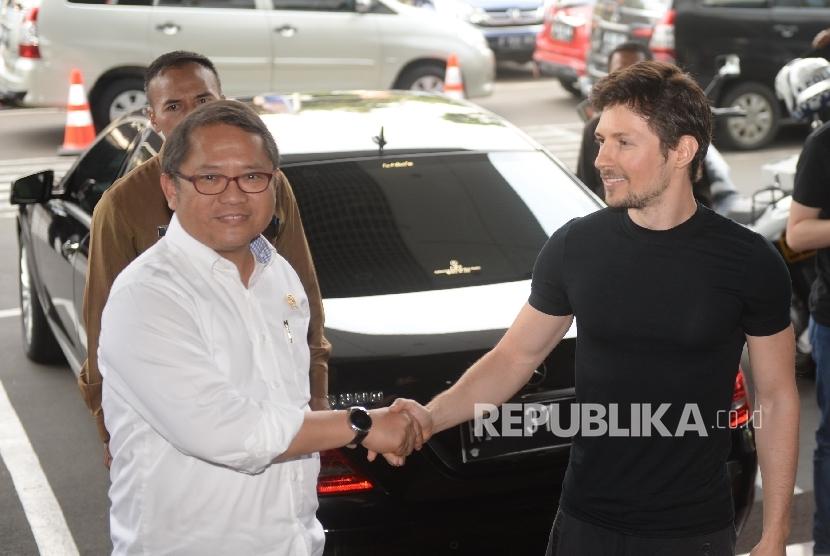 Menkominfo Rudiantara (kiri) berama CEO Telegram Pavel Durov saat tiba di Kantor Kemenkominfo, Jakarta, Selasa (1/8).