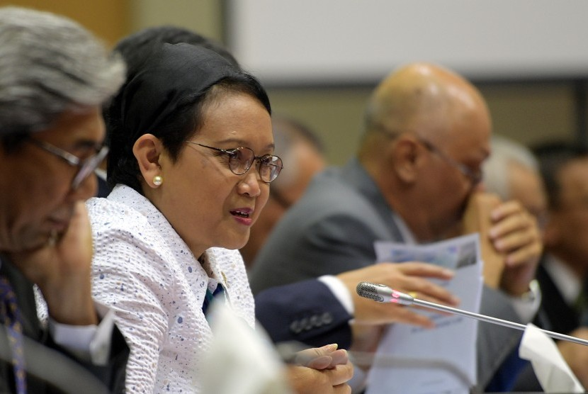 Menlu Retno LP Marsudi (kedua kiri) didampingi Wamenlu AM Fachir (kiri) mengikuti rapat kerja dengan Komisi I DPR di Kompleks Parlemen, Senayan, Jakarta, Kamis (15/6).