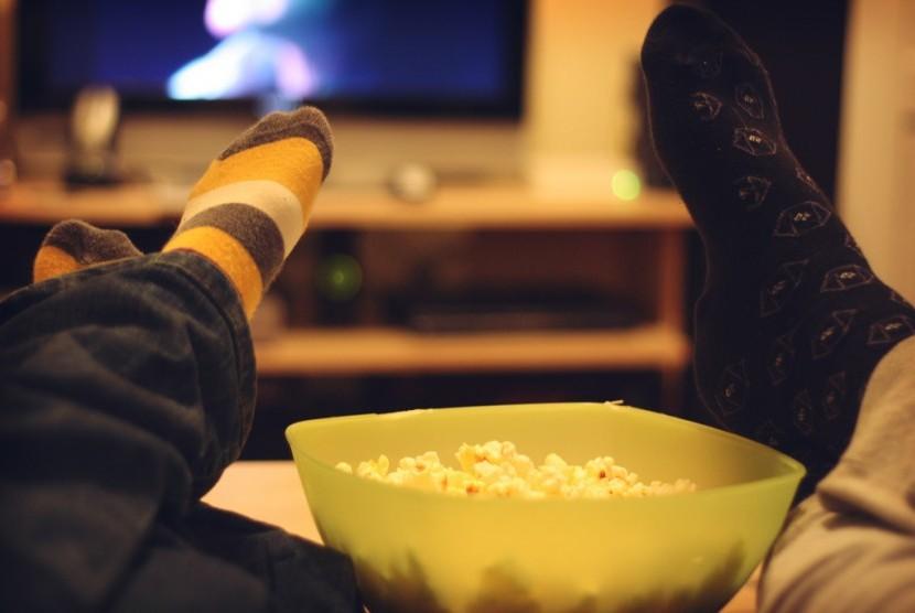 Menonton film bisa menjadi salah satu kegiatan liburan di rumah.
