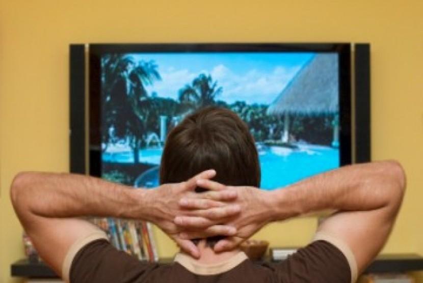 Menonton televisi. Ilustrasi