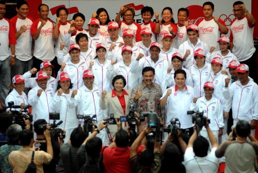 Menpora Andi Mallarangeng (tengah), Ketua Umum Komite Olimpiade Indonesia (KOI) Rita Subowo (5kiri) dan Chef de Mission (CDM) kontingen Indonesia untuk Olimpiade London 2012 Erick Tohir (2kanan) berfoto bersama dengan kontingen indonesia untuk Olimpiade Lo