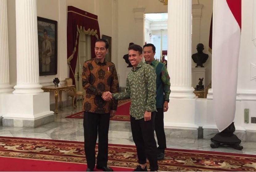 Menpora Imam Nahrawi dan pemain timnas U-19 dan U-23 Egy Maulana Vikri diterima di Istana Merdeka untuk bertemu Presiden Jokowi, Jumat (23/3).