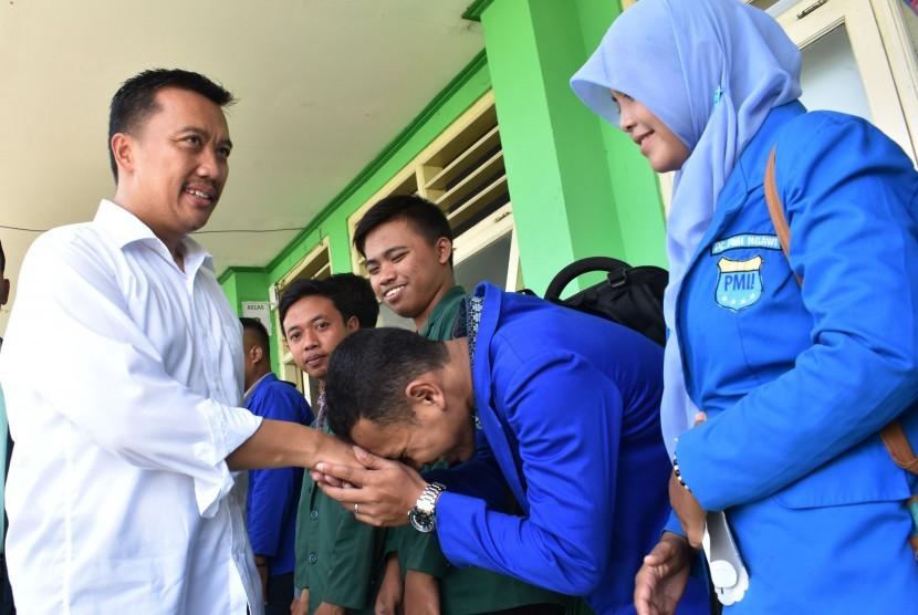 Menpora Imam Nahrawi (kiri) menyalami mahasiswa setelah menyampaikan kuliah umum di Kampus Institut Agama Islam Ngawi, Jawa Timur, Minggu (19/3).