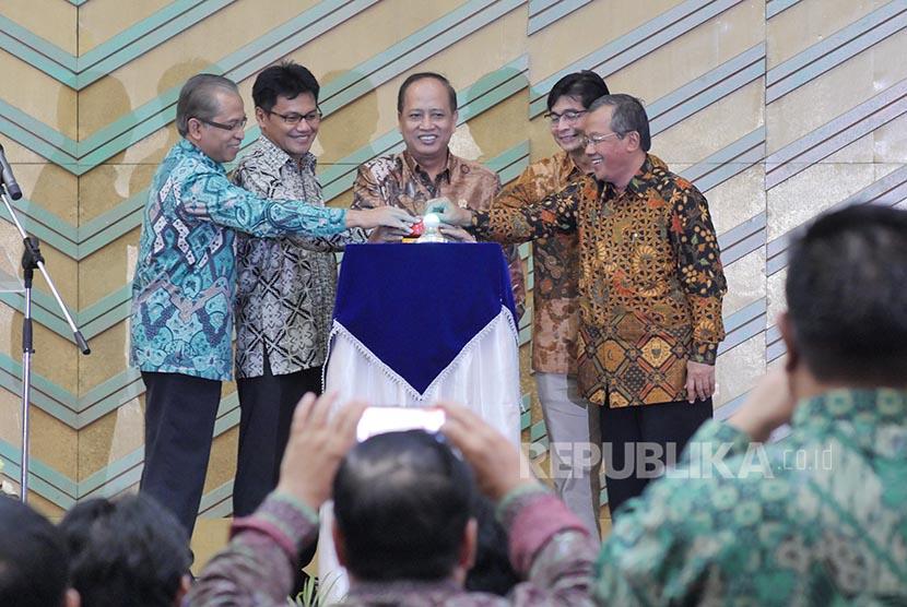 Menristek Dikti M Nasir (tengah) menekan tombol tanda peluncuran proses SNMPTN dan SBMPTN 2017 di Jakarta, Jumat (13/1).